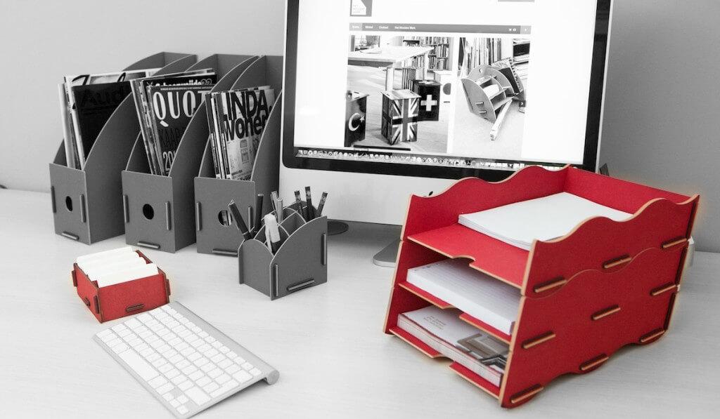 Bureau met kaartenbakjes, postbakjes en tijdschriftcassettes van Werkhaus