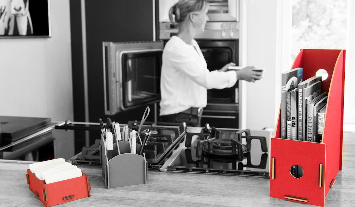 Kaartenbakje, pennenbakje en tijdschriftcassette van Werkhaus in de keuken